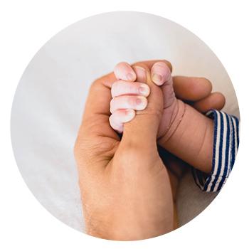 Bébé et mère main dans la main