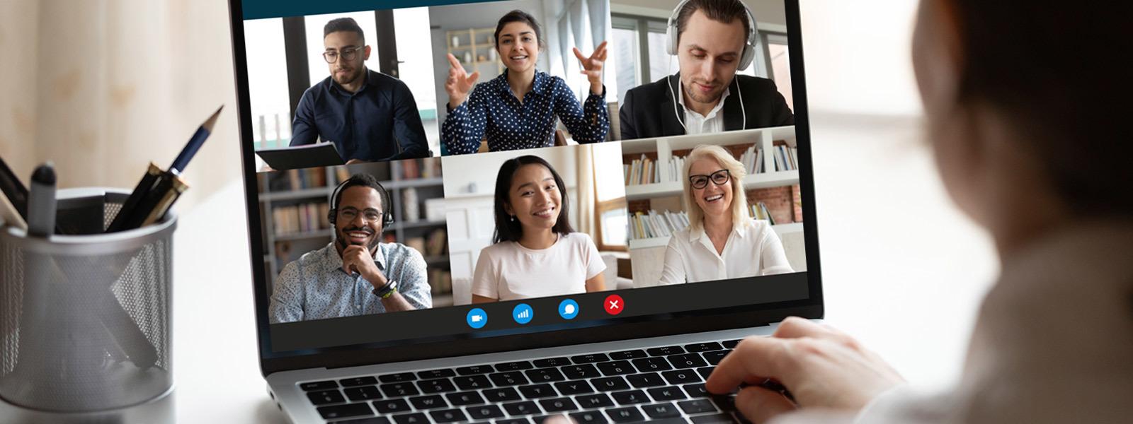 Image d'une femme souriant pendant une réunion virtuelle avec des collègues