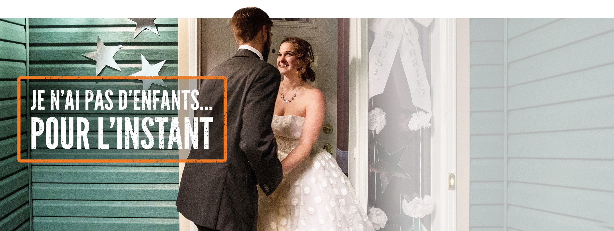 Photo d'un couple de jeunes mariés entrant dans une maison. Le texte « Je n'ai pas d'enfants… pour l'instant » accompagne la photo.