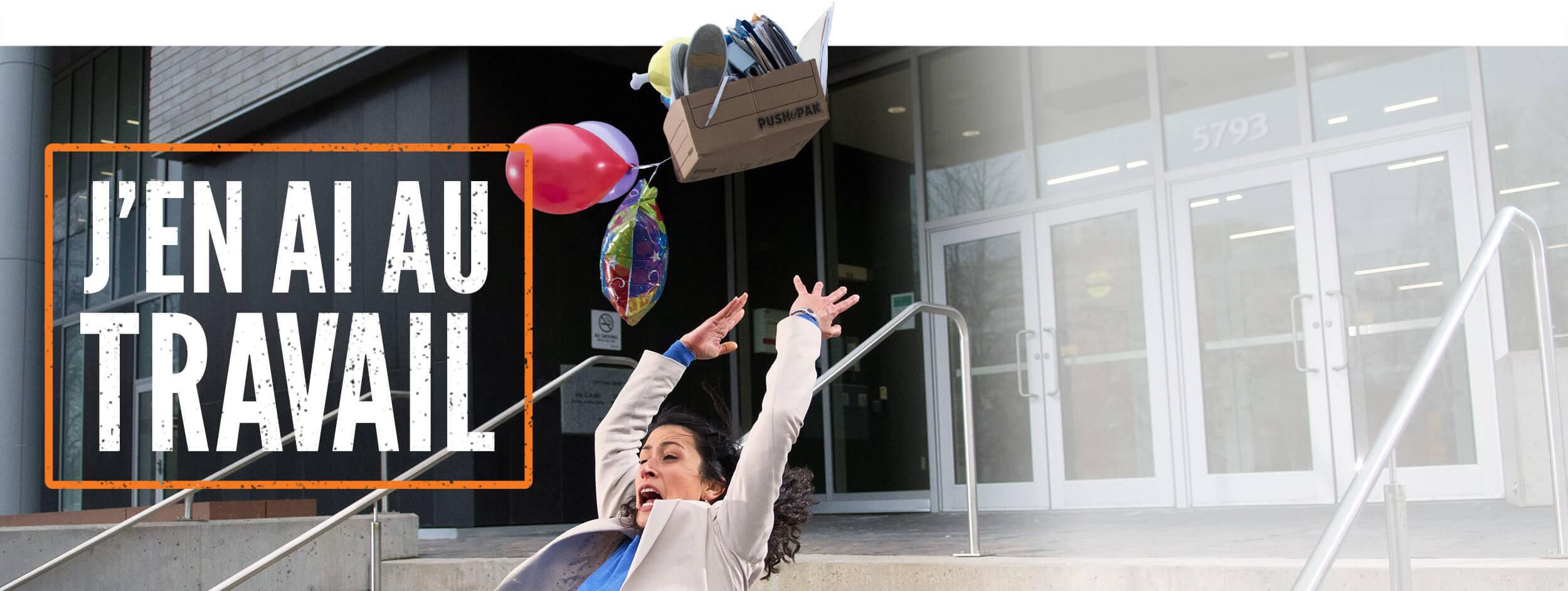 Photo d'une femme qui chute dans les escaliers en transportant une boîte de documents de travail. Le texte « J'en ai au travail » accompagne la photo.
